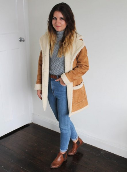Suede coat with a faux fur collar and blue mom jeans