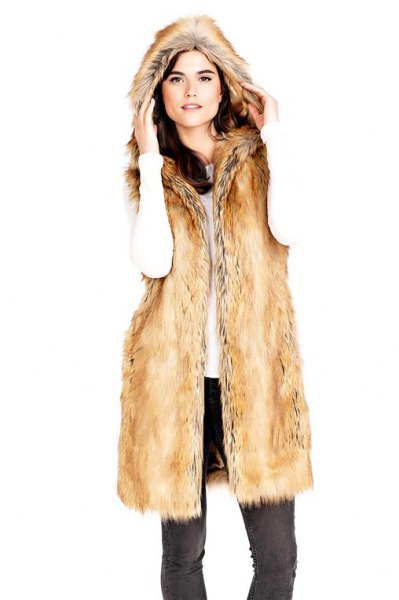 Longline gold vest made of faux fur with black slim fit jeans