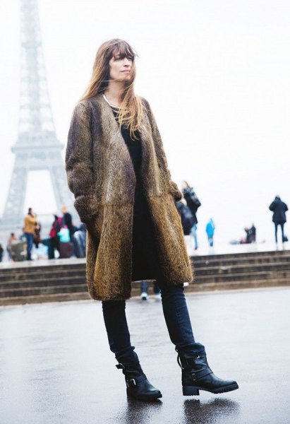 Longline jacket with leopard print made of faux fur with black skinny jeans and leather ankle boots