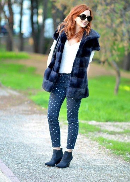 Short sleeve coat made of faux fur with cropped leggings with black and white polka dots