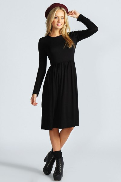Felt hat with a black long-sleeved fit and a flared midi dress with boots with heels