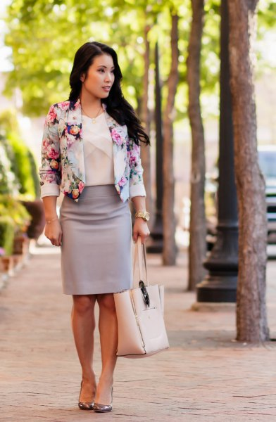 Short blazer with floral pattern and pink pencil skirt
