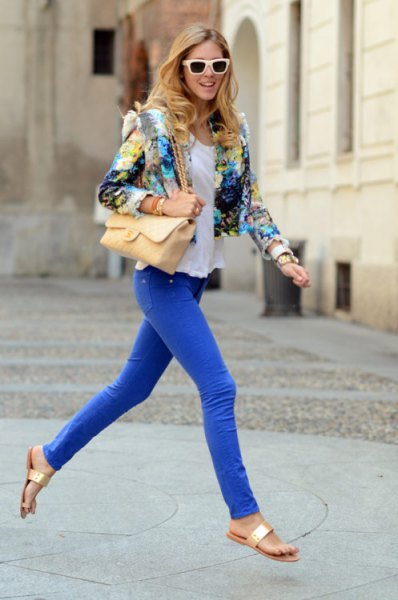 Short blazer with a floral pattern and royal blue skinny jeans