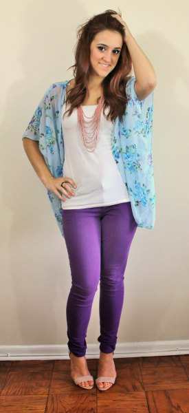 Flowery chiffon blouse with wide sleeves, skinny jeans and sandals