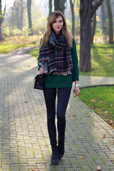 Checkered scarf made of forest green knitted sweater