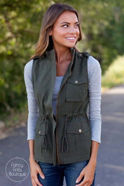 Figure-hugging gray t-shirt cargo vest