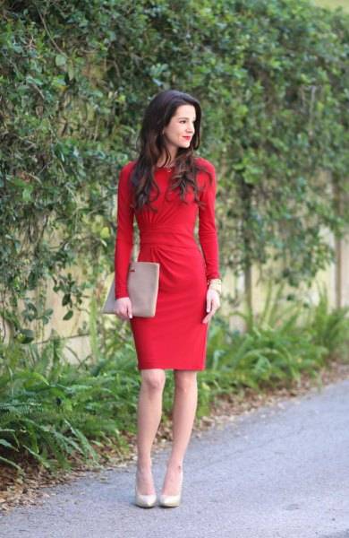 Knee-length dress with a gathered waist and long sleeves and light pink leather heels