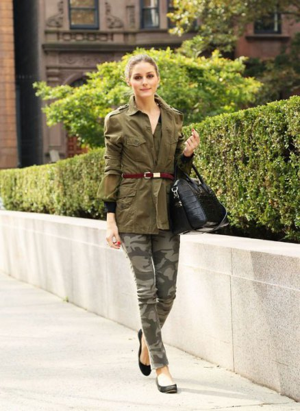 Green belt trench coat, camouflage jeans and black ballerinas
