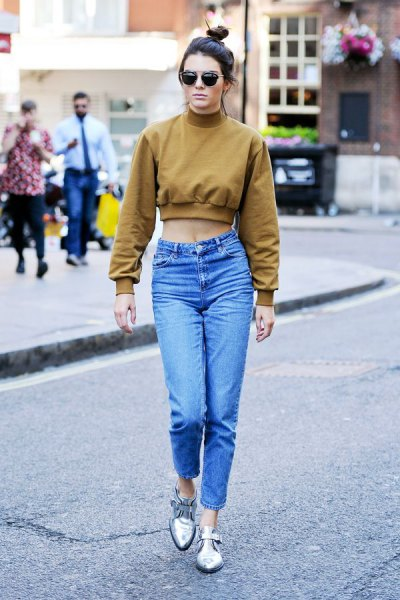green short sweatshirt with mock neck and blue mom jeans with high waist