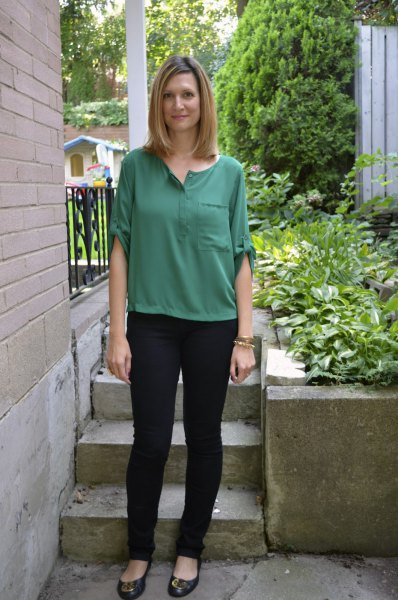 green top with half sleeves and black, narrow-cut chinos