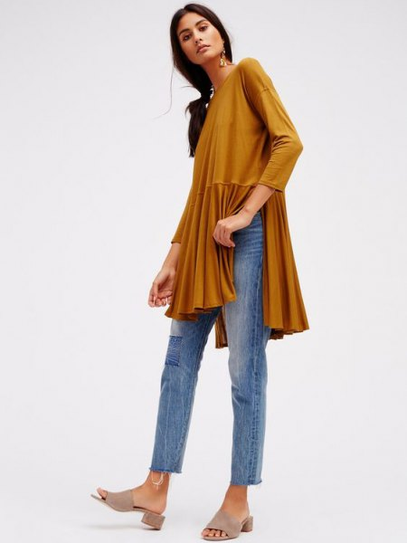elegant tunic top with green peplum slit and cropped, slim-cut jeans