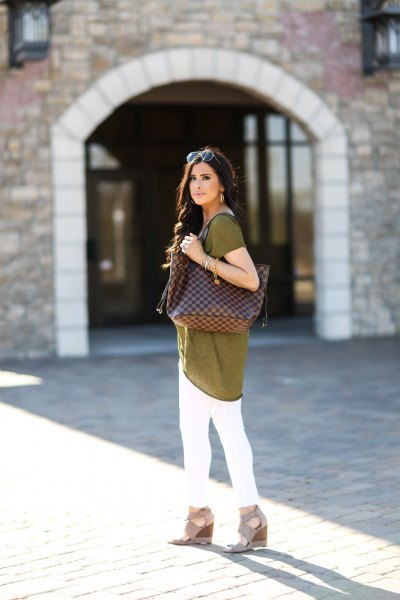 green tunic top with white skinny jeans and light pink heeled sandals
