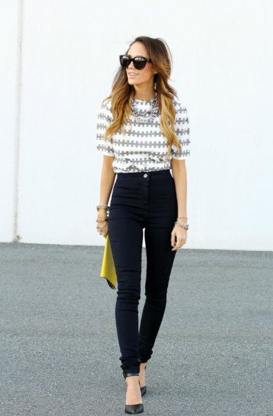 gray and white printed T-shirt with black skinny jeans