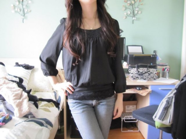 gray chiffon top with boat neckline and light blue skinny jeans