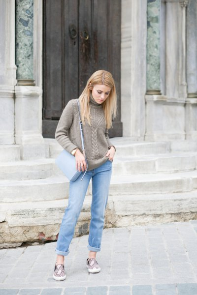 gray, coarsely knitted sweater with light blue slim fit jeans with cuffs