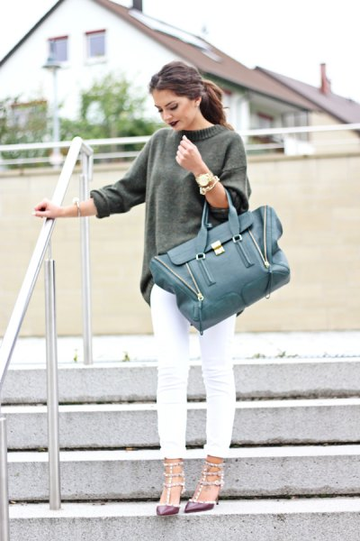 gray, chunky sweater with white skinny jeans
