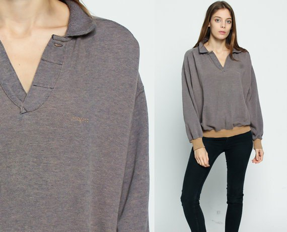 gray sweatshirt with V-neck and black skinny jeans