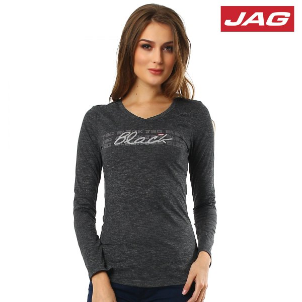 gray, figure-hugging long-sleeved T-shirt with black jeans