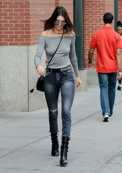 gray shape that matches the strapless long-sleeved T-shirt with skinny jeans