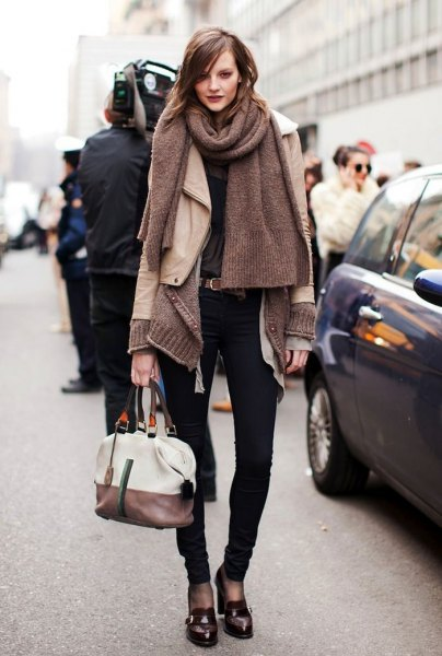gray knitted scarf with light pink leather jacket and black slippers