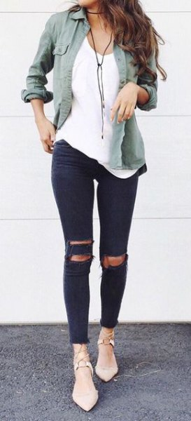 gray boyfriend shirt made of linen with ripped skinny jeans and light pink heels