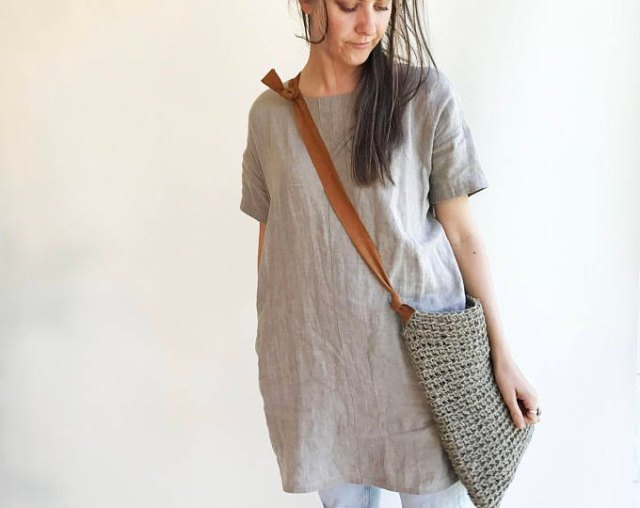 gray tunic top made of linen with light blue skinny jeans