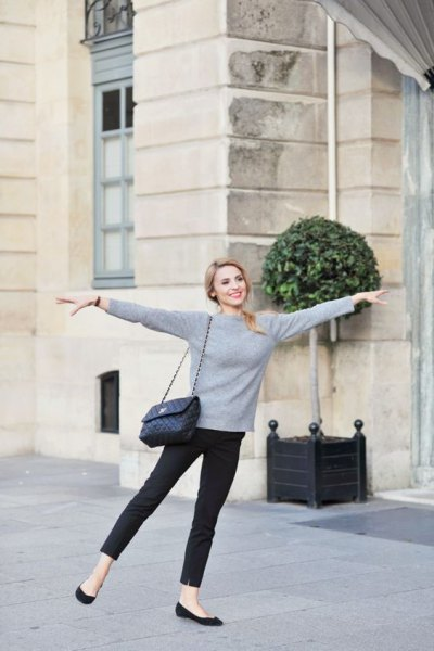 gray long-sleeved cashmere sweater with round neckline and black skinny jeans