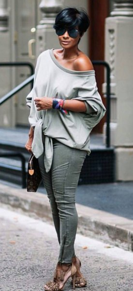gray sweater with a relaxed fit and skinny jeans