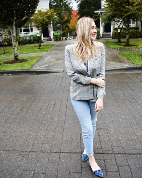 gray checked blazer with skinny jeans and ballerinas made of purple velvet