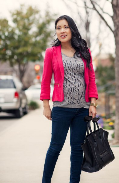 T-shirt with gray print, pink blazer and black, slim chinos