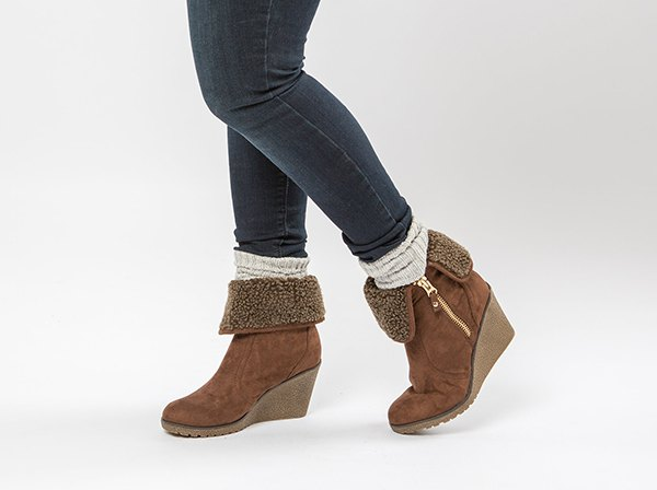 gray skinny jeans with white round stockings and camel fur boots with side zip