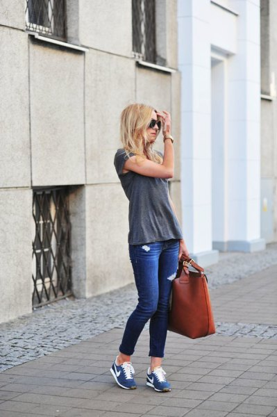 gray t-shirt with blue skinny jeans with cuffs and tennis shoes