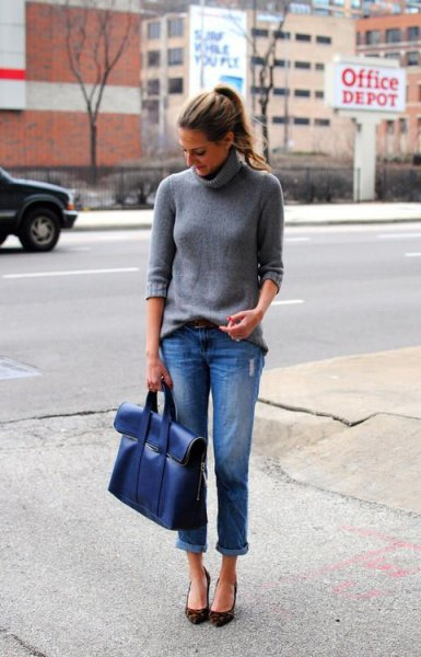 gray turtleneck with turtleneck, jeans with blue cuffs and matching briefcase