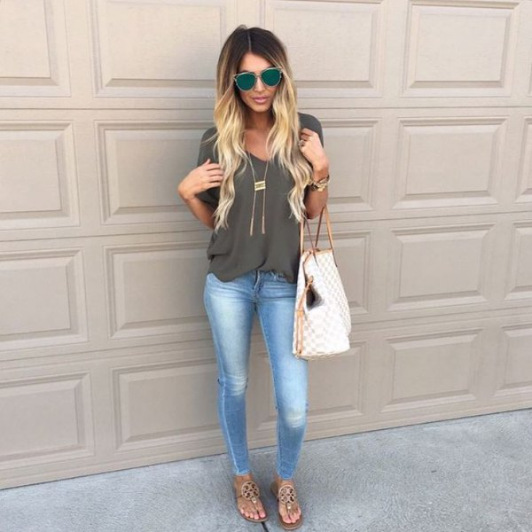 gray chiffon blouse with V-neckline, skinny jeans and bare sandals