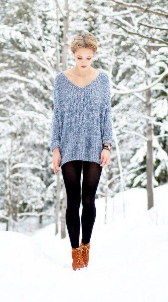 gray, ribbed autumn sweater with V-neck and black leggings