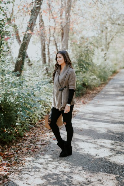 gray wrap scarf with black skinny jeans and suede boots