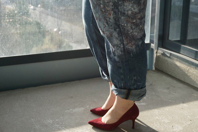 gray-blue straight-leg jeans with straight legs and burgundy suede heels with pointy toes