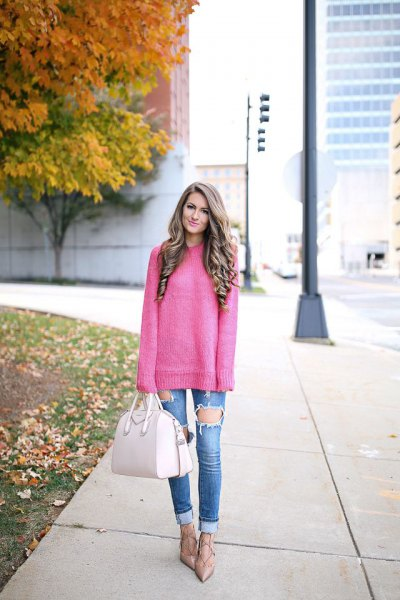 pink, coarsely knitted sweater with blue, heavily torn jeans