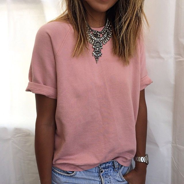 dusty pink t-shirt with rolled up sleeves // simple style | Outfit .