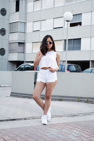White Levi's High-Waisted Shorts | Chictop