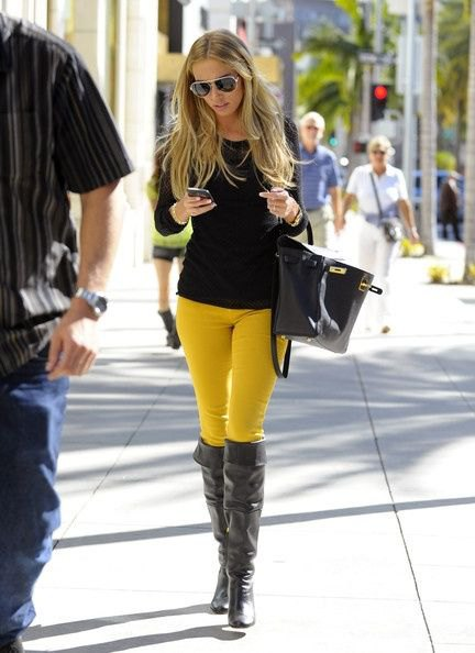 15 Best Outfit Ideas on How to Wear Yellow Jeans - FMag.c
