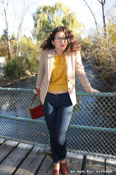 Ivory blazer with a yellow sweater and dark blue skinny jeans