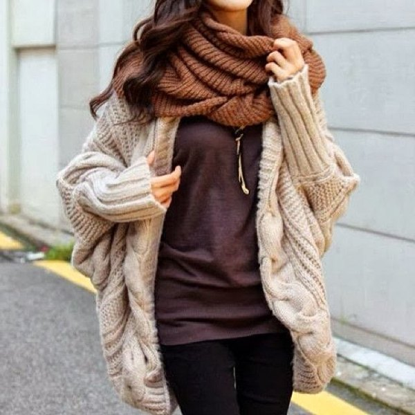chunky cardigan made of ivory-colored cable pattern