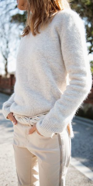 Ivory knitted sweater with round neck, white sweatpants