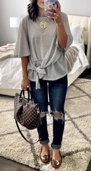 Knotted, wide, striped T-shirt with half sleeves and heavily torn skinny jeans