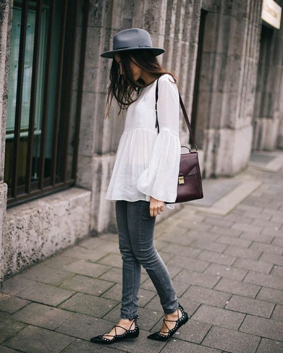 Bell-sleeved lace-up shoes