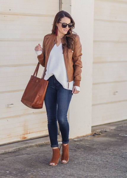 Leather jacket with a white blouse with a V-neckline and open camel boots