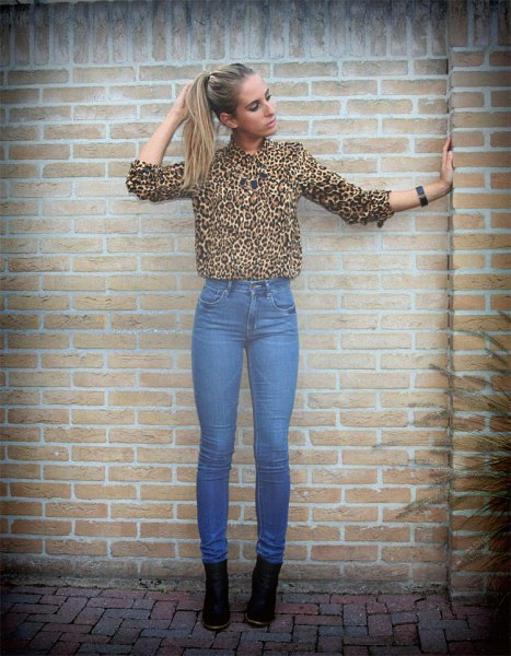 Leopard print shirt and high-waisted blue skinny jeans