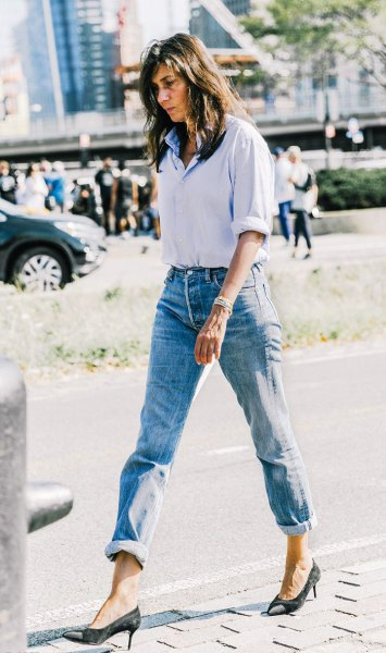 Light blue shirt with buttons and jeans with cuffs and black heels