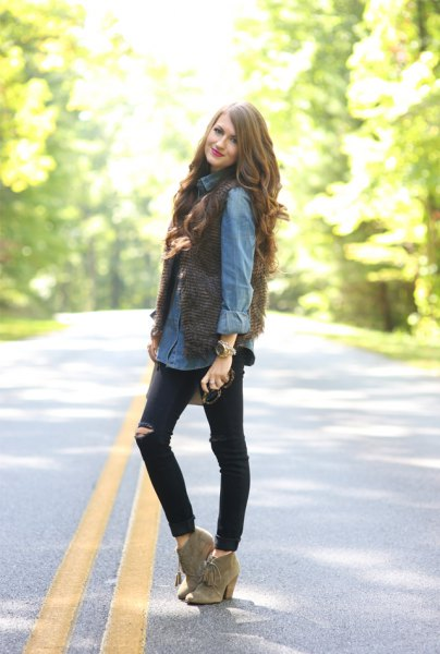 Light blue chambray shirt with buttons and black skinny jeans